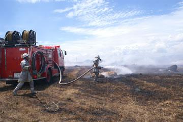 牧草地消火作業1