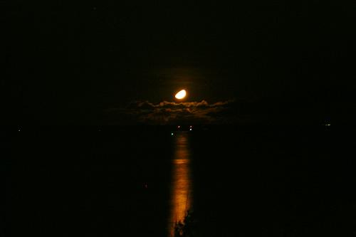 竹富島に沈む月